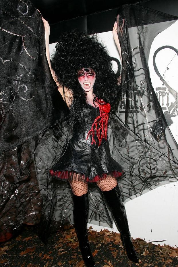 Nghỉ hưu Victorias Secret, cựu siêu mẫu Heidi Klum vẫn nổi nhờ những bộ đồ Halloween độc-không-đối-thủ - Ảnh 6.