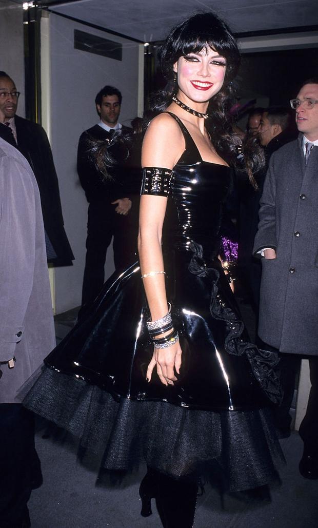 Nghỉ hưu Victorias Secret, cựu siêu mẫu Heidi Klum vẫn nổi nhờ những bộ đồ Halloween độc-không-đối-thủ - Ảnh 1.