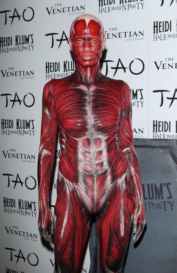 Nghỉ hưu Victorias Secret, cựu siêu mẫu Heidi Klum vẫn nổi nhờ những bộ đồ Halloween độc-không-đối-thủ - Ảnh 13.