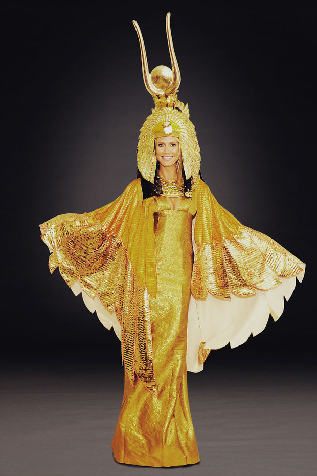 Nghỉ hưu Victorias Secret, cựu siêu mẫu Heidi Klum vẫn nổi nhờ những bộ đồ Halloween độc-không-đối-thủ - Ảnh 16.