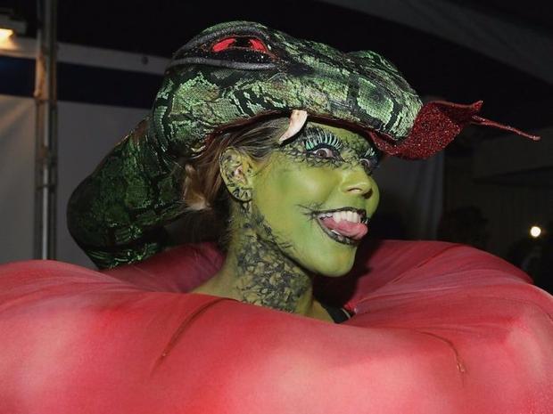 Nghỉ hưu Victorias Secret, cựu siêu mẫu Heidi Klum vẫn nổi nhờ những bộ đồ Halloween độc-không-đối-thủ - Ảnh 8.