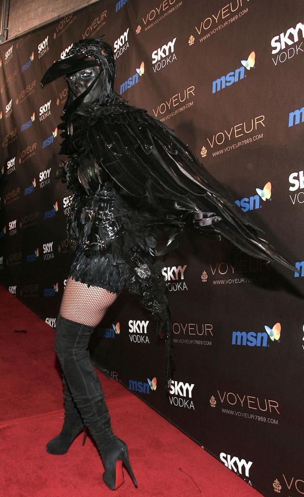Nghỉ hưu Victorias Secret, cựu siêu mẫu Heidi Klum vẫn nổi nhờ những bộ đồ Halloween độc-không-đối-thủ - Ảnh 11.