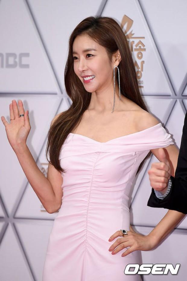 Thảm đỏ MBC Entertainment Awards: Dara bỗng già chát, bị mỹ nhân gợi cảm vô danh và loạt sao nữ sexy đè bẹp - Ảnh 18.