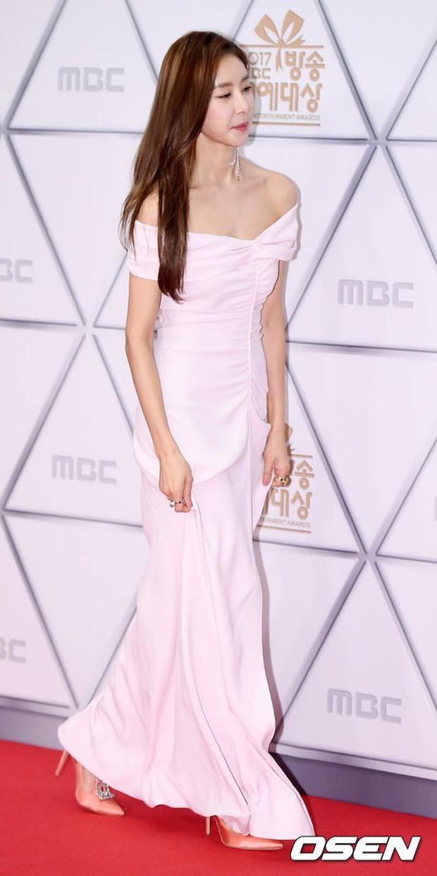 Thảm đỏ MBC Entertainment Awards: Dara bỗng già chát, bị mỹ nhân gợi cảm vô danh và loạt sao nữ sexy đè bẹp - Ảnh 17.