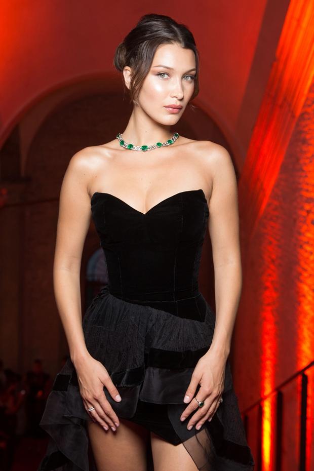 Không cần hở bạo, Bella Hadid vẫn gợi cảm hút hồn khi đọ sắc với Thư Kỳ tại Venice - Ảnh 2.