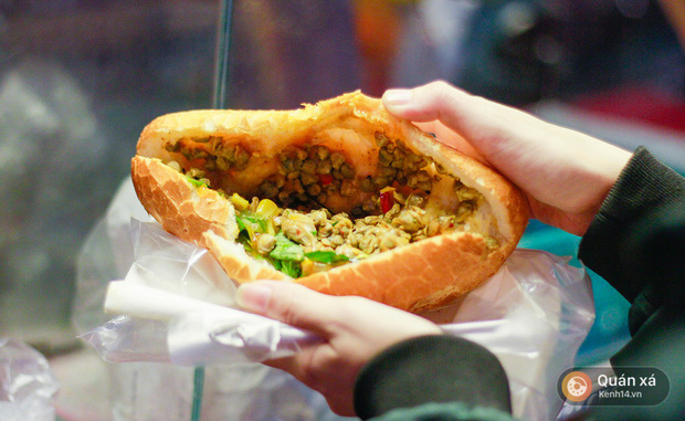 Bánh mì hến - món mới cực lạ đang nổi lên ở Sài Gòn - Ảnh 3.