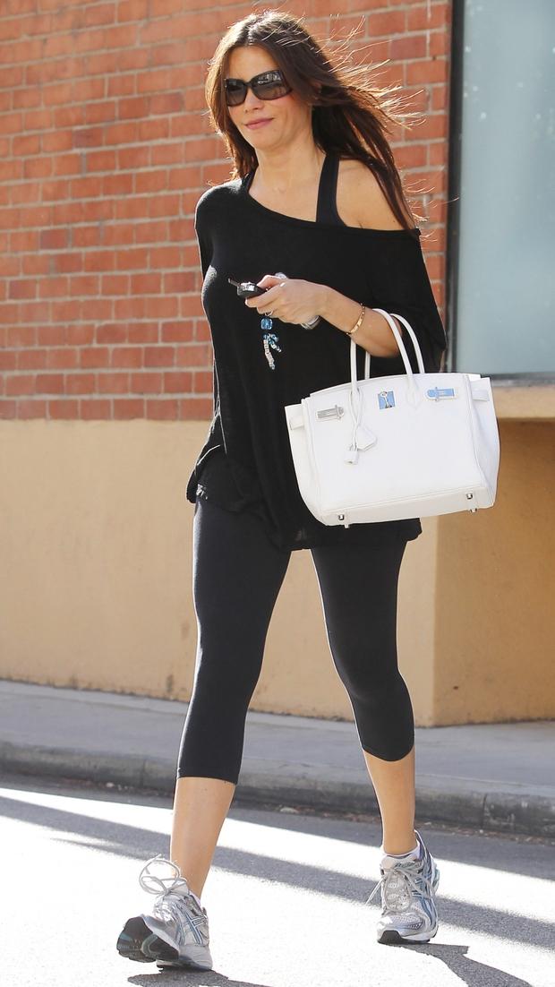 Hermes Birkin: Ngọc Trinh xách đi làm móng, nhà Kardashian thì mang đi... tập gym - Ảnh 16.