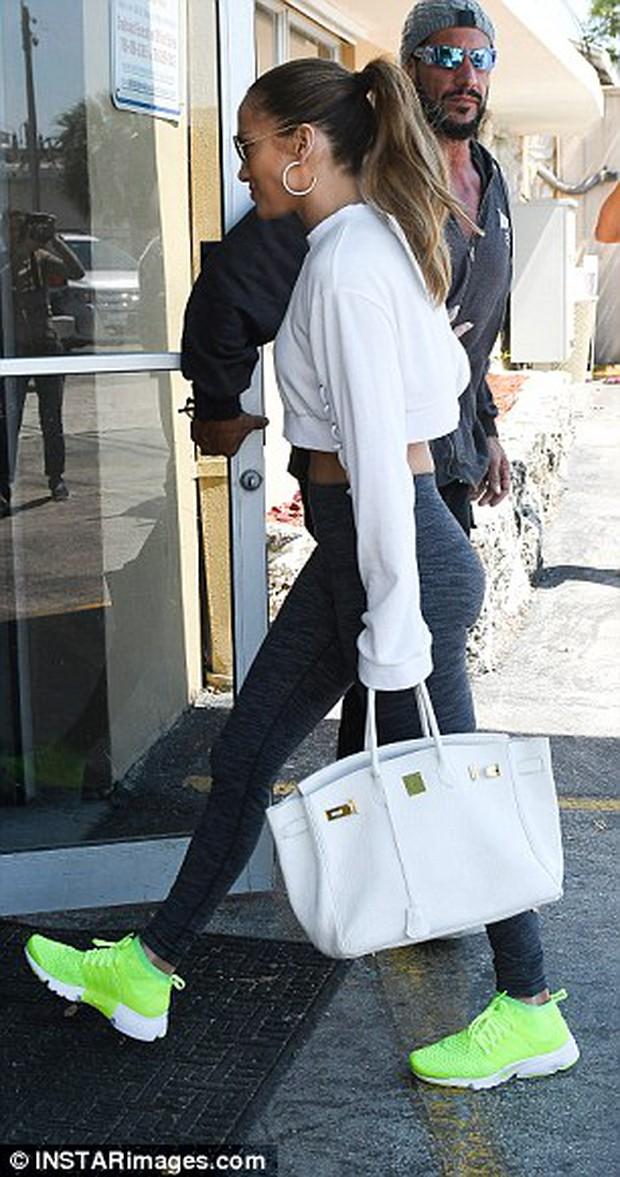 Hermes Birkin: Ngọc Trinh xách đi làm móng, nhà Kardashian thì mang đi... tập gym - Ảnh 17.