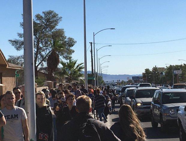 Xả súng ở Las Vegas: Hàng trăm người xếp hàng 6 giờ đồng hồ để chờ hiến máu - Ảnh 5.