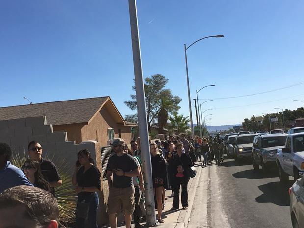 Xả súng ở Las Vegas: Hàng trăm người xếp hàng 6 giờ đồng hồ để chờ hiến máu - Ảnh 4.