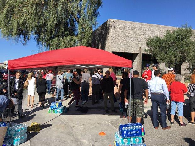 Xả súng ở Las Vegas: Hàng trăm người xếp hàng 6 giờ đồng hồ để chờ hiến máu - Ảnh 3.