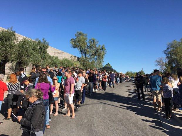 Xả súng ở Las Vegas: Hàng trăm người xếp hàng 6 giờ đồng hồ để chờ hiến máu - Ảnh 2.