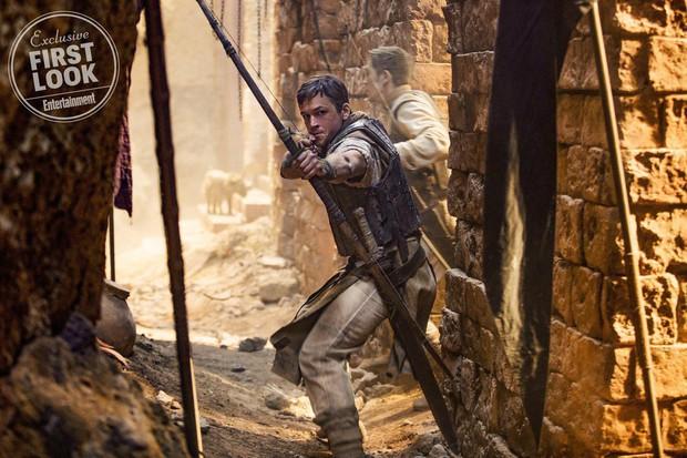 Đặc vụ Kingsman Taron Egerton bụi bặm, phong trần trong tạo hình Robin Hood - Ảnh 1.