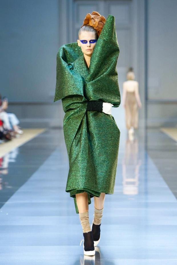 Rất hiếm khi thấy các người mẫu hé cười trên sàn diễn thời trang - đó là bởi... - Ảnh 2.