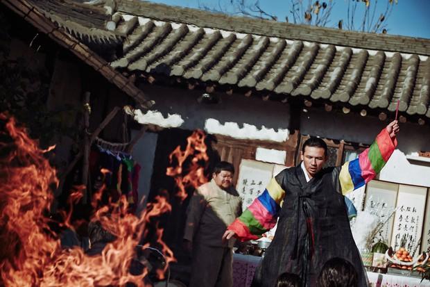 Đạo diễn Ridley Scott lên kế hoạch làm lại siêu phẩm kinh dị The Wailing của Hàn Quốc - Ảnh 3.