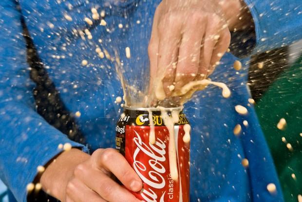 Rất nhiều người thường gõ vào lon nước có gas trước khi mở nắp và kết quả thật sự bất ngờ - Ảnh 1.