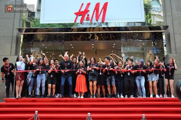 Năm 2017, chỉ khi Zara nắm tay H&M về Việt Nam, giới trẻ Việt mới có những ngày xếp hàng và mua sắm bùng nổ đến vậy - Ảnh 2.