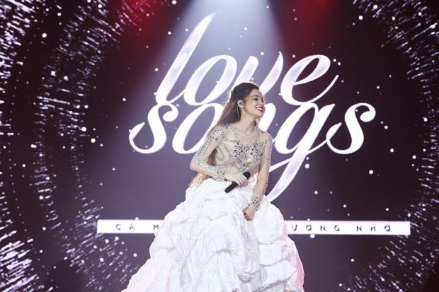 Chung kết The Face: Hoàng Thùy đụng hàng chiếc váy ấn tượng nhất trong liveshow mới của Hà Hồ - Ảnh 3.