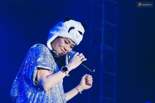 Clip: Lưu luyến hàng chục nghìn fan Hà Nội, Mỹ Tâm thể hiện loạt hit cùng vũ điệu say rượu tới 2 lần - Ảnh 1.