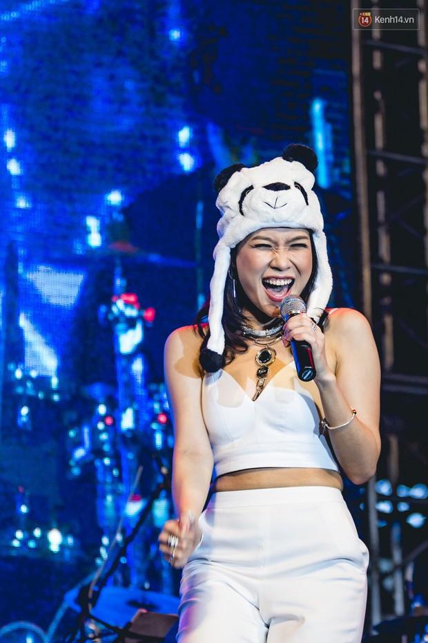 Clip: Lưu luyến hàng chục nghìn fan Hà Nội, Mỹ Tâm thể hiện loạt hit cùng vũ điệu say rượu tới 2 lần - Ảnh 3.