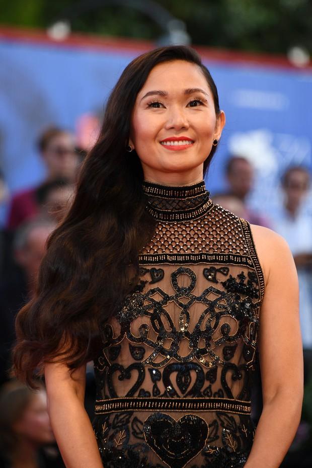 Thảm đỏ LHP Venice: Nữ diễn viên gốc Việt tỏa sáng bên dàn mỹ nhân khoe ngực gợi cảm - Ảnh 4.
