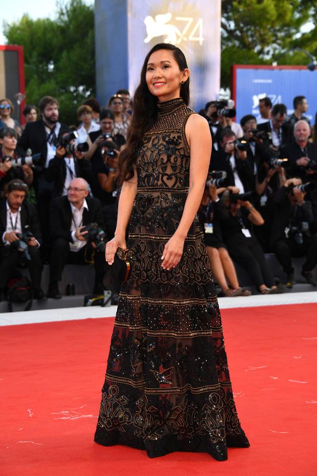 Thảm đỏ LHP Venice: Nữ diễn viên gốc Việt tỏa sáng bên dàn mỹ nhân khoe ngực gợi cảm - Ảnh 3.