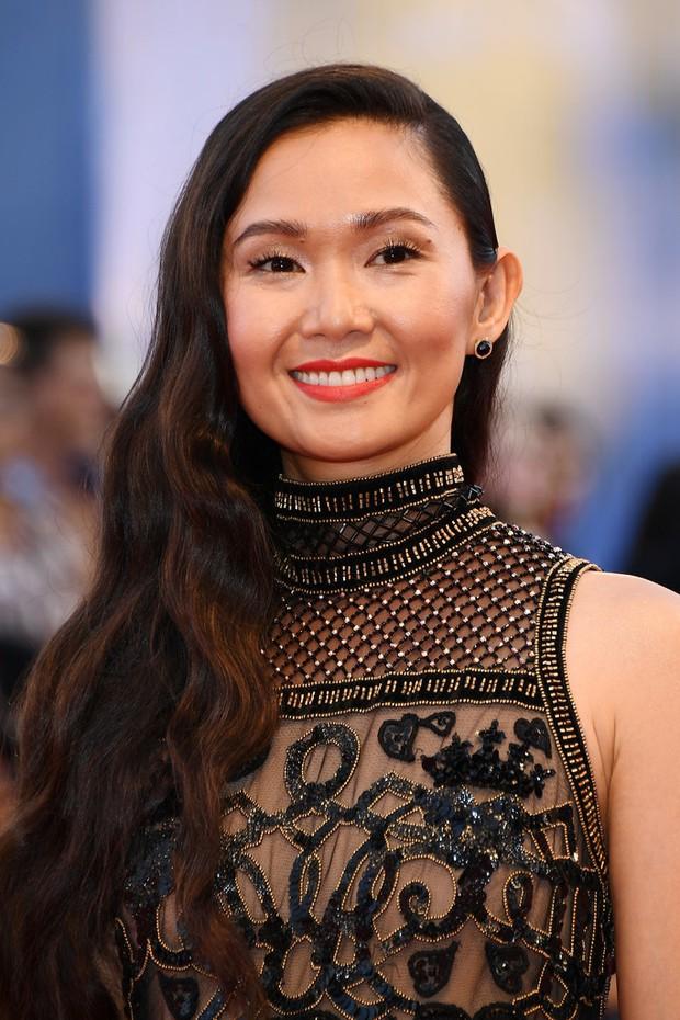 Thảm đỏ LHP Venice: Nữ diễn viên gốc Việt tỏa sáng bên dàn mỹ nhân khoe ngực gợi cảm - Ảnh 2.
