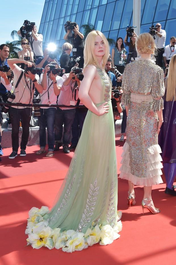 Tiên nữ giáng trần là câu miêu tả chính xác Elle Fanning tại LHP Cannes các năm! - Ảnh 43.