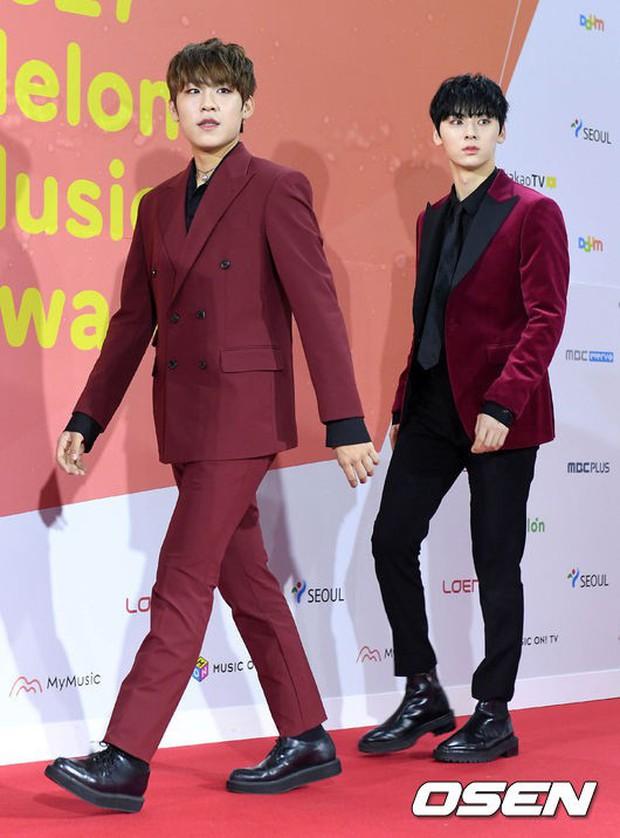 Thảm đỏ Melon: Mỹ nhân ngực khủng vô danh át cả Kim So Hyun, TWICE, EXO và Wanna One đẹp trai như hoàng tử - Ảnh 21.