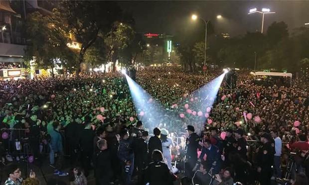 Lại một lần nữa, đêm nhạc quảng bá vol 9 của Mỹ Tâm khiến cả khu phố đi bộ Hồ Gươm chật như nêm - Ảnh 2.