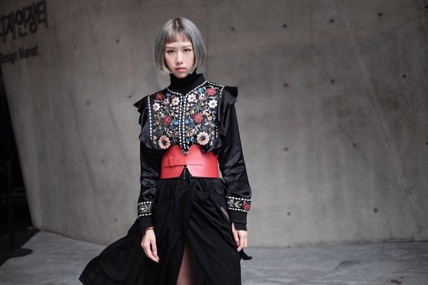 Min với cây đồ đen cài corset, chào sân Seoul Fashion Week từ sáng sớm - Ảnh 5.