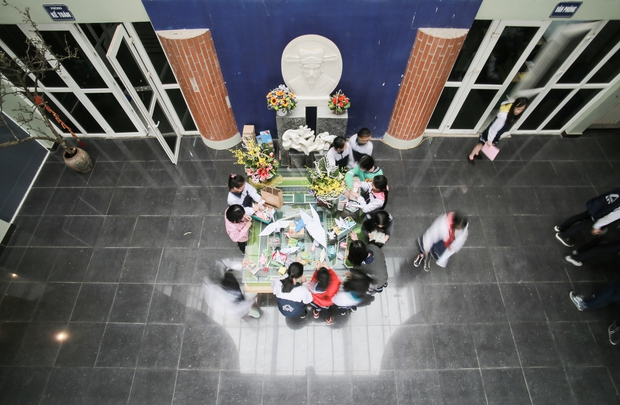 Học sinh Lương Thế Vinh gửi điều ước vào 19.000 hạc giấy, mong thầy Văn Như Cương sớm phục hồi - Ảnh 2.