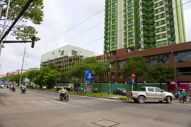 Cao ốc Thuận Kiều Plaza bỏ hoang bỗng lột xác với màu xanh lá nổi bật tại trung tâm Sài Gòn - Ảnh 8.