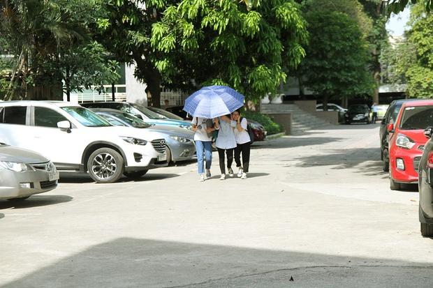 Ngày Hà Nội nắng nóng đỉnh điểm, sinh viên cũng vật vã tìm đủ mọi cách sống sót qua mùa chảo lửa - Ảnh 1.