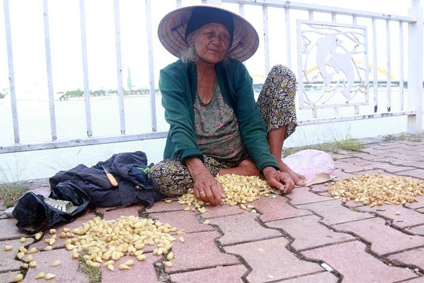 Con trai tật nguyền 30 năm chở mẹ rong ruổi mưu sinh khắp đường phố Đà Nẵng - Ảnh 10.