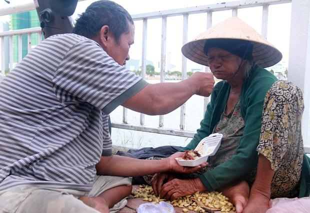 Con trai tật nguyền 30 năm chở mẹ rong ruổi mưu sinh khắp đường phố Đà Nẵng - Ảnh 6.