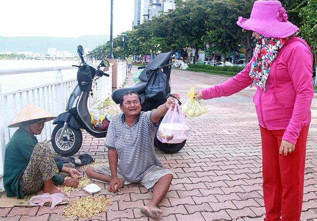 Con trai tật nguyền 30 năm chở mẹ rong ruổi mưu sinh khắp đường phố Đà Nẵng - Ảnh 12.