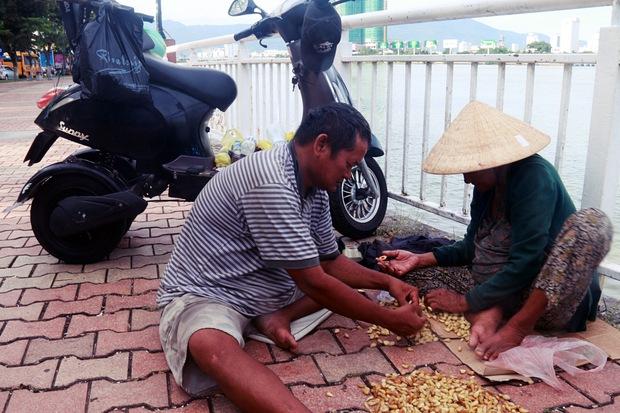Con trai tật nguyền 30 năm chở mẹ rong ruổi mưu sinh khắp đường phố Đà Nẵng - Ảnh 9.