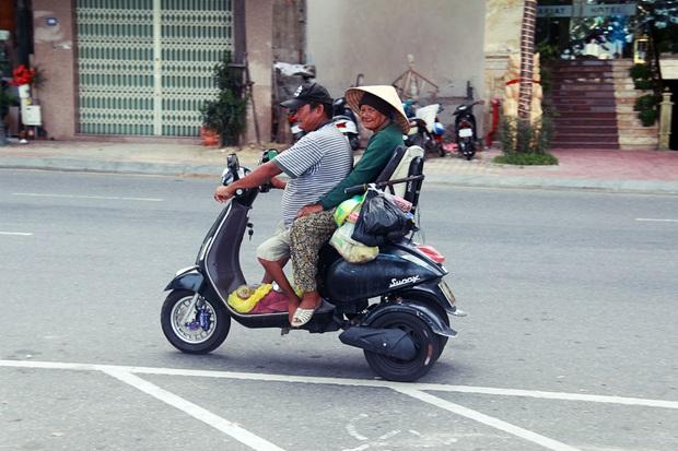 Con trai tật nguyền 30 năm chở mẹ rong ruổi mưu sinh khắp đường phố Đà Nẵng - Ảnh 1.