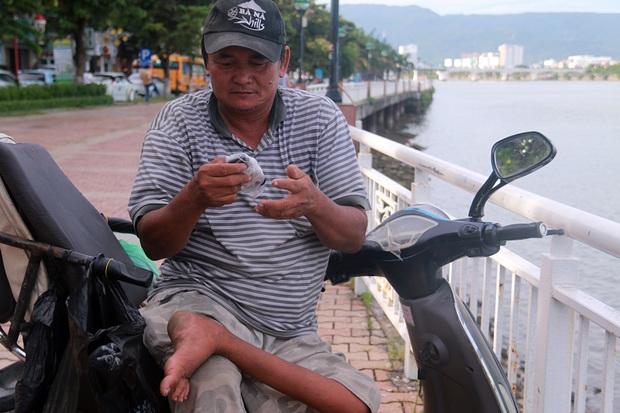 Con trai tật nguyền 30 năm chở mẹ rong ruổi mưu sinh khắp đường phố Đà Nẵng - Ảnh 3.
