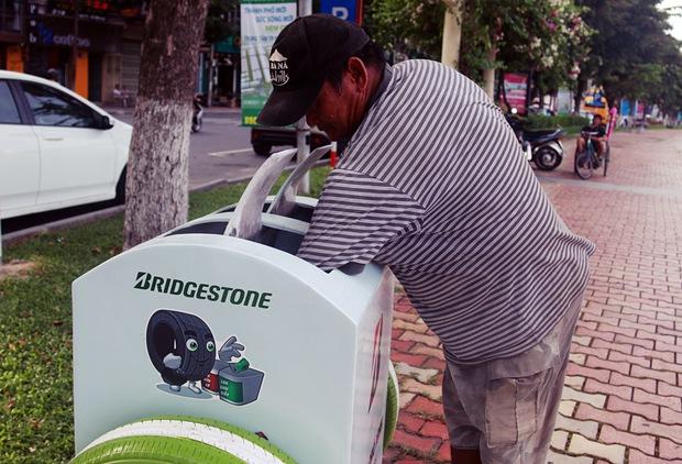 Con trai tật nguyền 30 năm chở mẹ rong ruổi mưu sinh khắp đường phố Đà Nẵng - Ảnh 11.