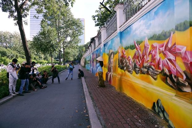 Bức tường cũ kỹ dài 60m bỗng biến thành những bức tranh phong cảnh quê hương 3 miền giữa Sài Gòn - Ảnh 16.