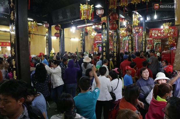 Chùm ảnh: Biển người đổ về Bình Dương tham dự lễ rước chùa Bà Thiên Hậu - Ảnh 17.