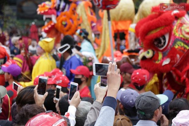 Chùm ảnh: Biển người đổ về Bình Dương tham dự lễ rước chùa Bà Thiên Hậu - Ảnh 16.