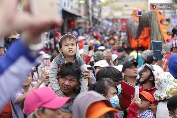 Chùm ảnh: Biển người đổ về Bình Dương tham dự lễ rước chùa Bà Thiên Hậu - Ảnh 15.