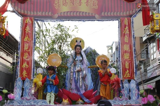Chùm ảnh: Biển người đổ về Bình Dương tham dự lễ rước chùa Bà Thiên Hậu - Ảnh 8.