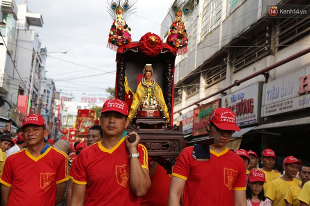 Chùm ảnh: Biển người đổ về Bình Dương tham dự lễ rước chùa Bà Thiên Hậu - Ảnh 9.
