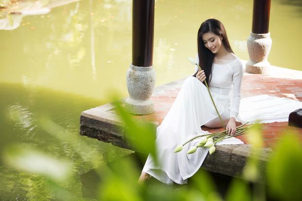 MC Phạm Mỹ Linh diện áo dài trắng, e ấp với hình ảnh thiếu nữ Hà Thành xưa - Ảnh 9.