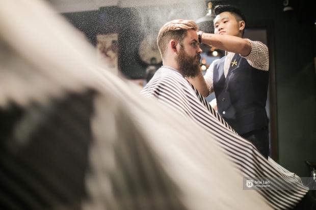 Có gì trong tiệm cắt tóc toàn quý ông lịch lãm ở Hà Nội, nơi con gái không được đặt chân vào? - Ảnh 12.