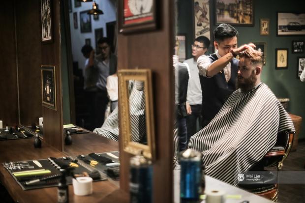 Có gì trong tiệm cắt tóc toàn quý ông lịch lãm ở Hà Nội, nơi con gái không được đặt chân vào? - Ảnh 7.